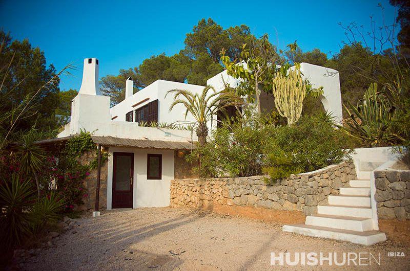 Witte villa met blauwe lucht