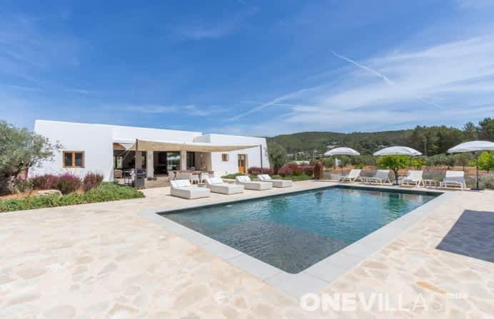 Gereformeerde Ibiza-villa voor 8 personen met een mooi interieur