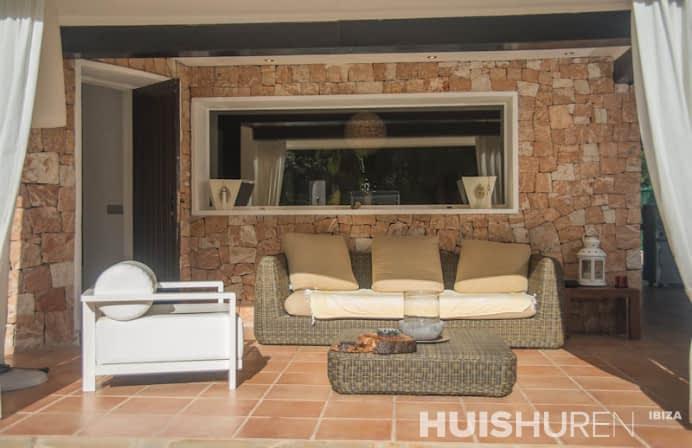 Veranda met loungebanken Ibiza