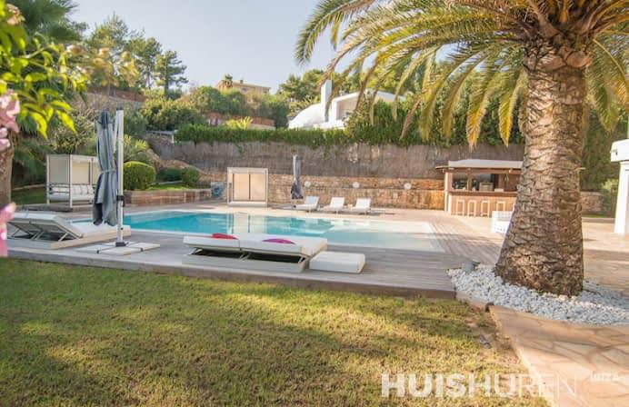 Zwembad in tuin met palmboom