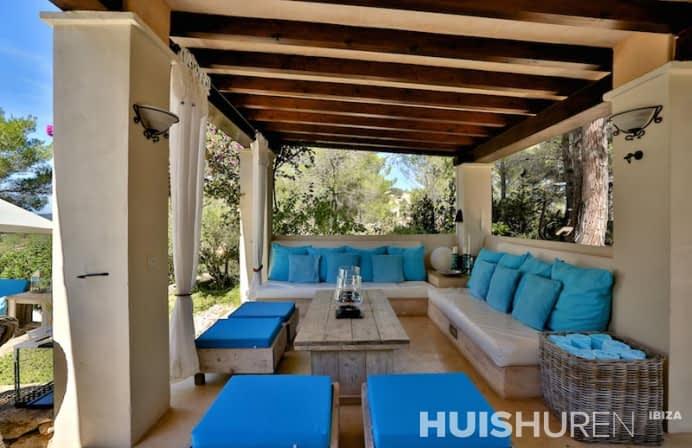 Loungebanken met blauwe kussens