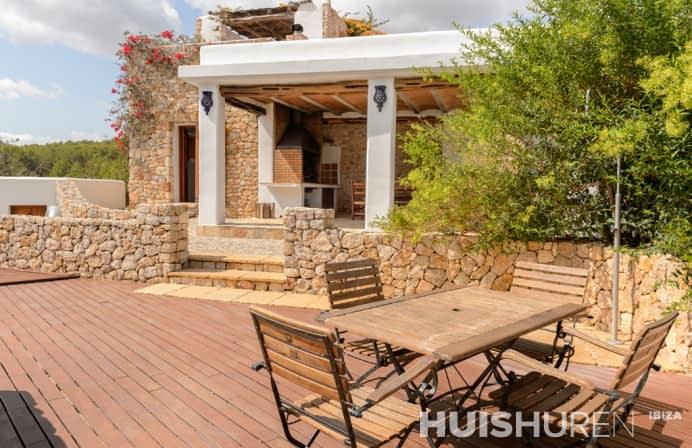 Luxe villa met tafel op terras