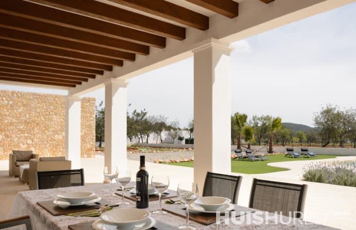 Lange chique tafel met veranda