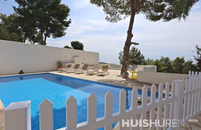 Zwembad met wit hek