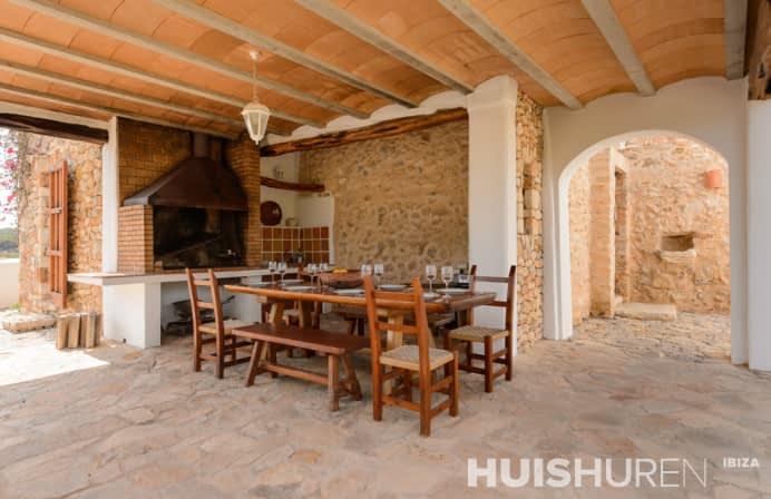 Buiten keuken met eettafel Ibiza